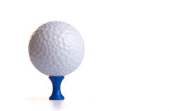 Esfera de golfe no T azul Imagem de Stock Royalty Free
