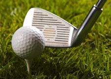 Esfera de golfe no T com clube Fotografia de Stock