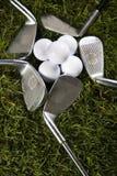 Esfera de golfe no T com clube Fotos de Stock Royalty Free