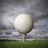 Esfera de golfe no T de golfe Foto de Stock Royalty Free