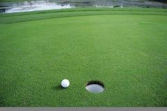 Esfera de golfe no verde Foto de Stock Royalty Free