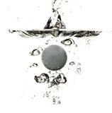 Esfera de golfe que espirra na água Imagem de Stock Royalty Free