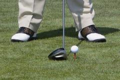 Esfera de golfe Teed acima fotos de stock