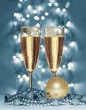 Esfera de la Navidad del oro, copas de vino Imagen de archivo