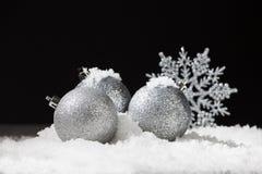 Esfera de la Navidad en nieve Imagen de archivo libre de regalías