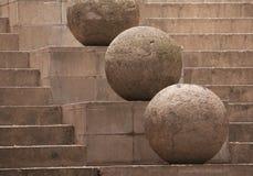 Esfera de piedra en el fondo de las escaleras Fotos de archivo libres de regalías