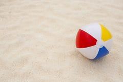 esfera de praia na areia Fotos de Stock