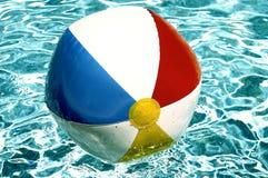 Esfera de praia na piscina foto de stock
