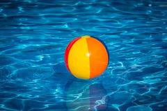 Esfera de praia na piscina Imagens de Stock Royalty Free