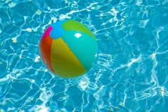 Esfera de praia que flutua na associação imagens de stock royalty free