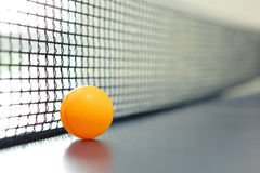 Esfera de tênis alaranjada da tabela Imagens de Stock