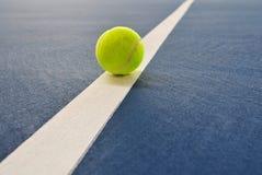 Esfera de tênis apenas na linha foto de stock