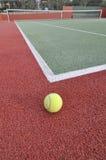 Esfera de tênis em uma corte Fotos de Stock Royalty Free