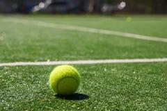 Esfera de tênis em uma corte Fotografia de Stock Royalty Free