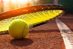 Esfera de tênis em uma corte de tênis foto de stock