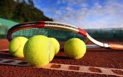 Esfera de tênis em uma corte de tênis Fotografia de Stock