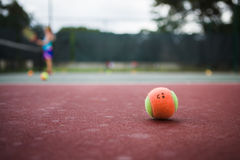 Esfera de tênis feliz Fotos de Stock