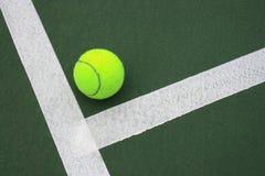 Esfera de tênis na corte 2 imagem de stock royalty free