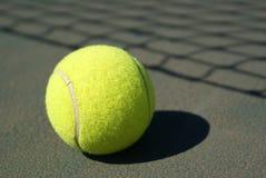 Esfera de tênis na corte Fotografia de Stock Royalty Free