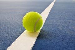 Esfera de tênis na corte de tênis fotos de stock royalty free