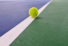 Esfera de tênis na corte de tênis foto de stock royalty free
