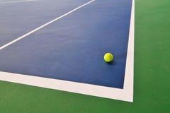 Esfera de tênis na corte de tênis imagens de stock
