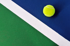 Esfera de tênis na corte de tênis imagens de stock royalty free