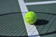 Esfera de tênis na linha fotografia de stock royalty free
