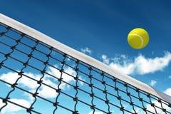 Esfera de tênis sobre a rede Imagens de Stock Royalty Free