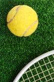 Esfera de tênis na grama Imagens de Stock Royalty Free
