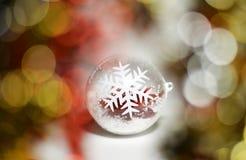 Esfera de vidro na árvore de Natal Foto de Stock