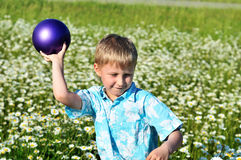 Esfera deixando cair do menino Foto de Stock