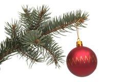 Esfera del Año Nuevo y ramificación rojas del pino Imagenes de archivo