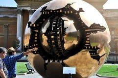 Esfera dentro da esfera no Vaticano imagem de stock