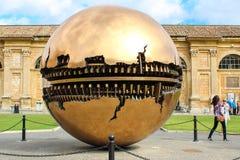 Esfera dentro de la esfera en el della Pigna de Cortile Imágenes de archivo libres de regalías