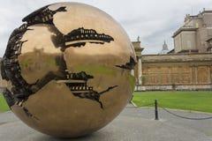Esfera dentro de la esfera en el patio del Pinecone en el Vaticano Mus Fotos de archivo libres de regalías
