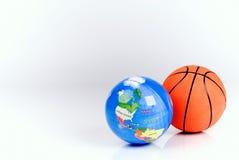 Esfera do basquetebol e o globo imagem de stock royalty free