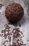 Esfera do café e dos feijões de café na tabela de madeira cinzenta velha Fotografia de Stock Royalty Free