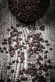 Esfera do café e dos feijões de café na tabela de madeira cinzenta velha tom Fotografia de Stock