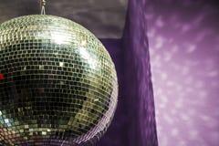 Esfera do disco As cadeiras e os vidros dispersados, garrafas do champanhe exposição Mostra-janela decorativa Cores cor-de-rosa c imagem de stock