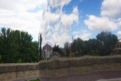 Esfera do espelho de aço inoxidável com a reflexão foto de stock royalty free