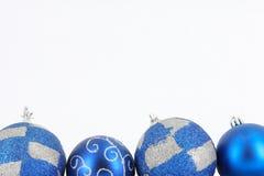 Esfera do Feliz Natal na decoração azul Fotos de Stock Royalty Free