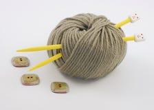 Esfera do fio e de duas agulhas amarelas Imagem de Stock Royalty Free