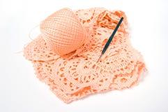 Esfera do fio e gancho de crochet Fotografia de Stock Royalty Free