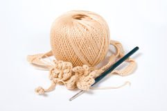 Esfera do fio e gancho de crochet Fotos de Stock