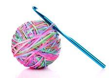 Esfera do gancho e das lãs de Crochet isolada fotografia de stock