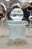 Esfera do gelo no bloco de gelo foto de stock