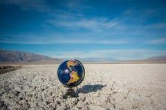 Esfera do globo no deserto Waste Imagem de Stock Royalty Free