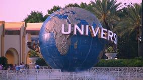 Esfera do mundo de Universal Studios em Citywalk e palmeiras na área de Universal Studios video estoque