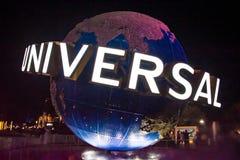 Esfera do mundo de Universal Studios no fundo da noite em Citywalk na ?rea 2 de Universal Studios imagens de stock royalty free